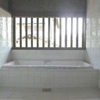浴室 明るい 風通し タイル 白