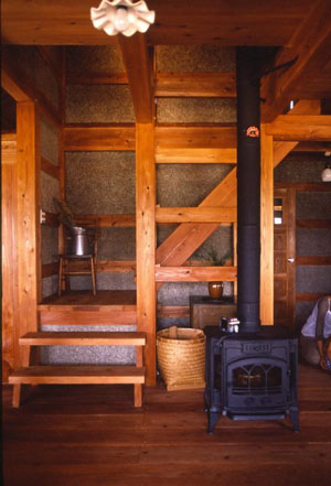 厚板の床に薪ストーブの輻射断熱で冬もぽかぽか