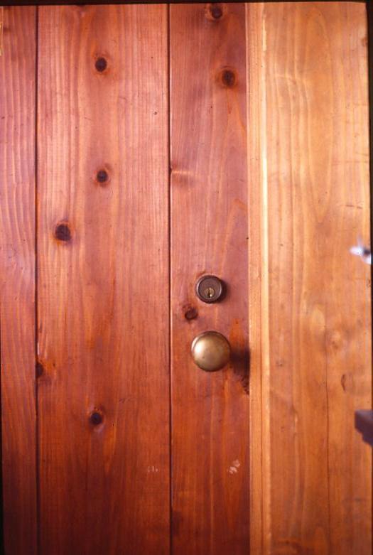 洋画でみたような分厚いドアと真鍮の握り玉