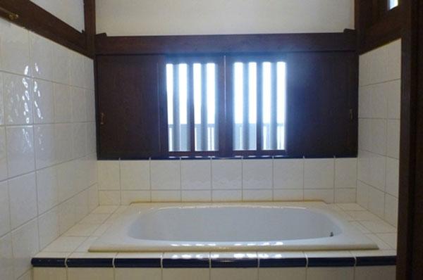 清潔感あふれる明るくて風通しのいい浴室